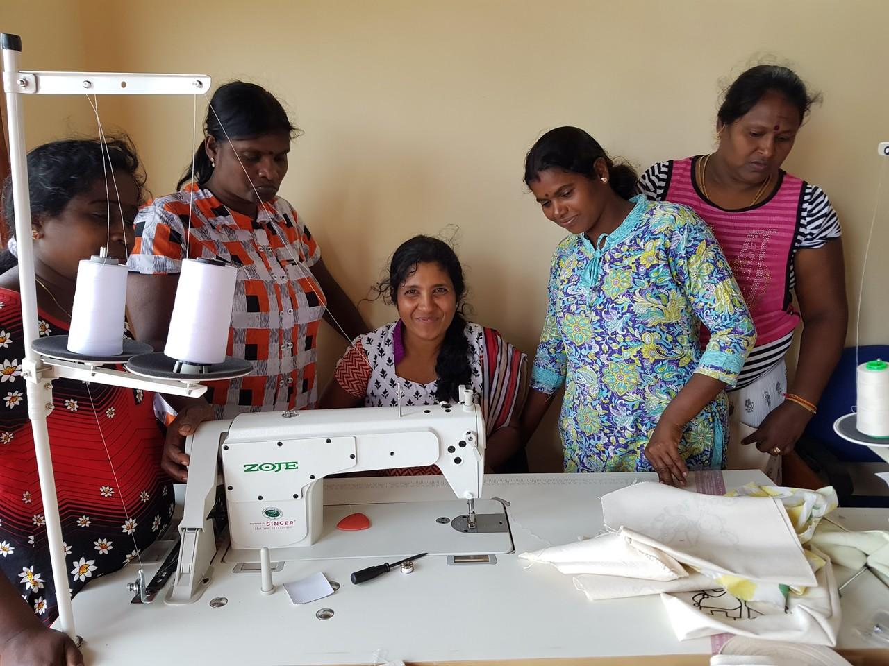 스리랑카 와우니아 현지 봉제 공장에서 일하는 타밀족 전쟁 피해 여성들
